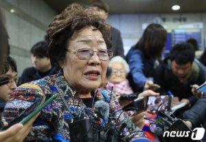 """재판부에 무릎꿇은 위안부 피해자…""""14살에 일본 끌려간 저는 죄 없어"""""""