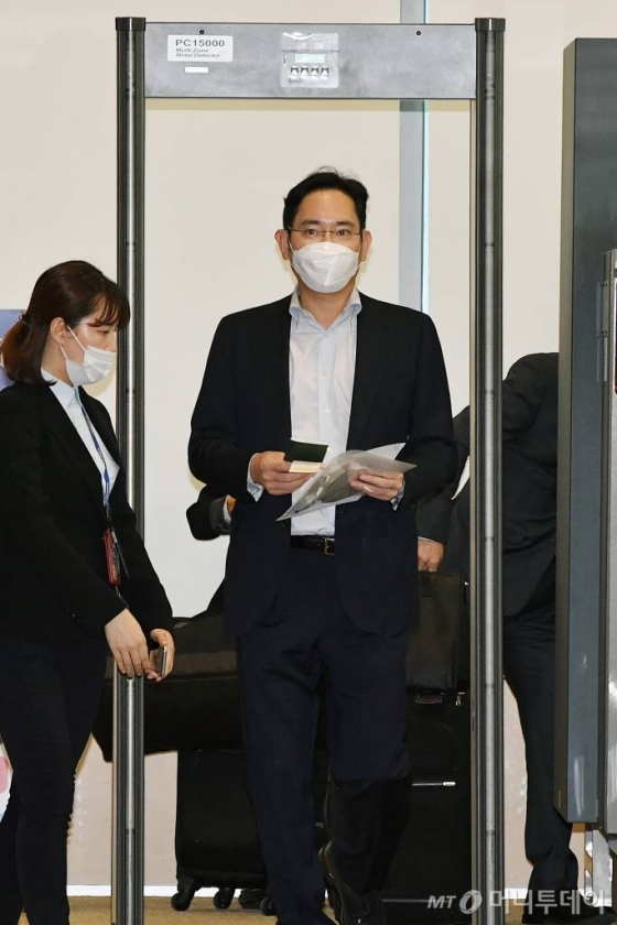 [속보] '재소환' 이재용 부회장, 17시간30분 검찰 조사받고 귀가