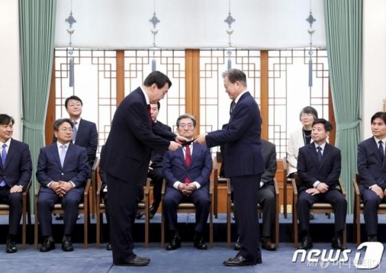 '취임 1년' 윤석열의 멍든 손가락…'파윤현조'의 나날