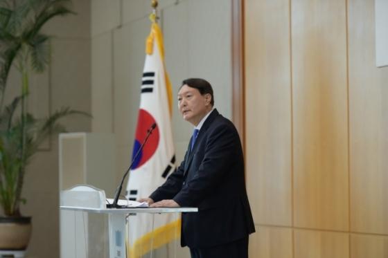 '진짜 민주주의' 언급한 윤석열, 독재·전체주의 작심비판