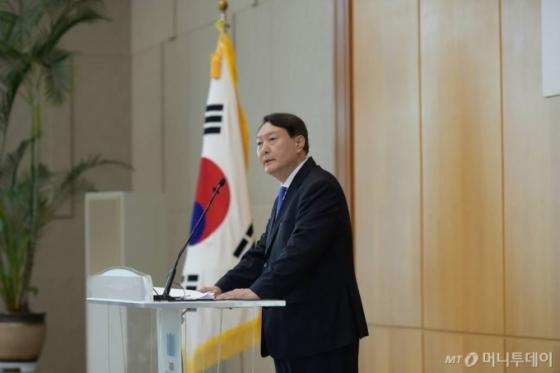 추미애·윤석열, 대권주자 조사에 나란히…檢 내부에선 불만