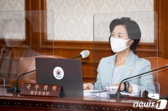 """추미애, 불기소 처분 후 사흘 연속 페이스북…""""'거짓말 프레임' 구태"""""""