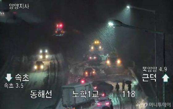 눈폭탄 맞은 강원도…교통사고 등 피해 속출