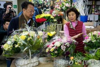 """청탁금지법 '직접적 직무관련' 폐기 가닥…""""카네이션 허용"""""""