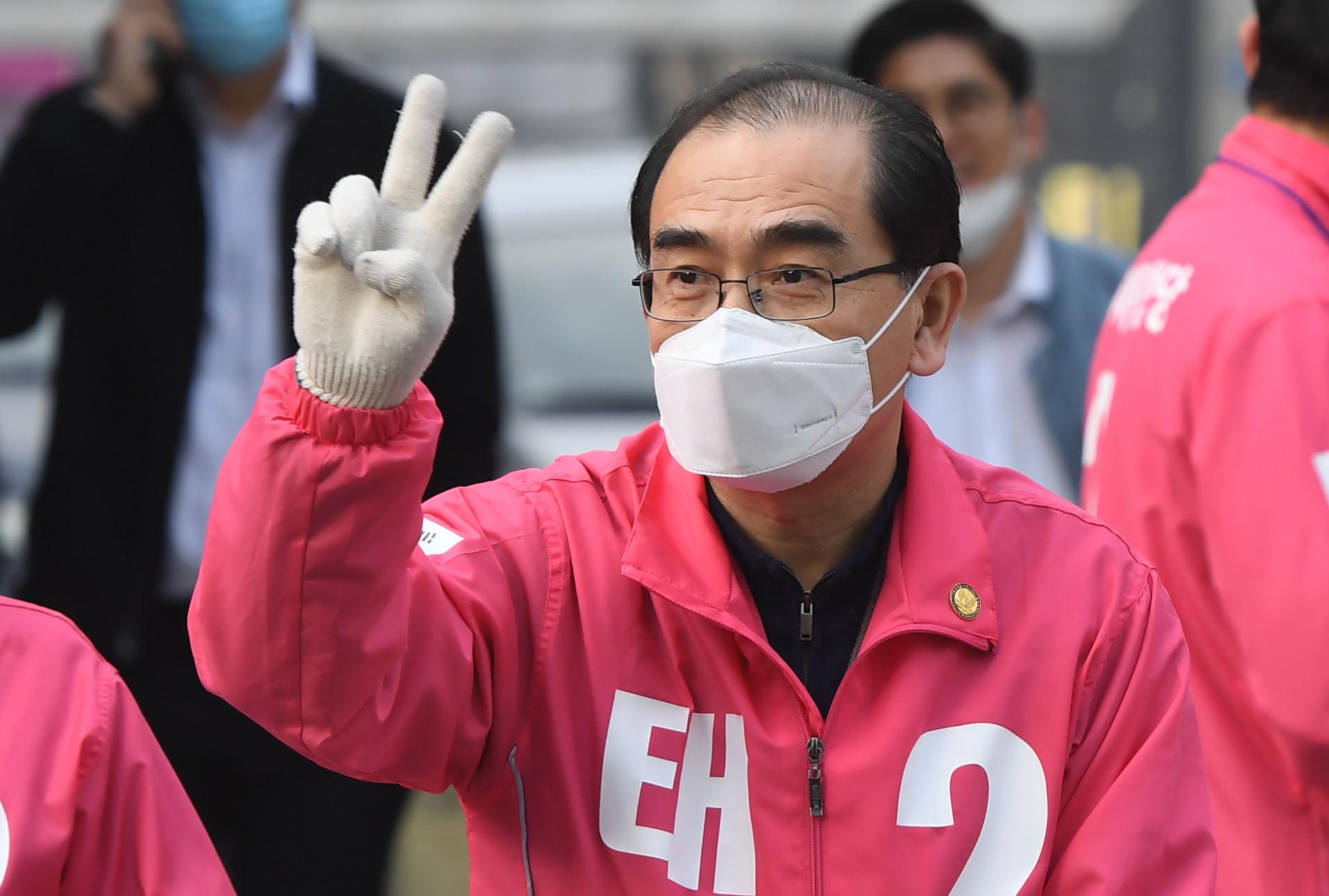 '총선 D-12' 출근길 선거운동하는 태영호
