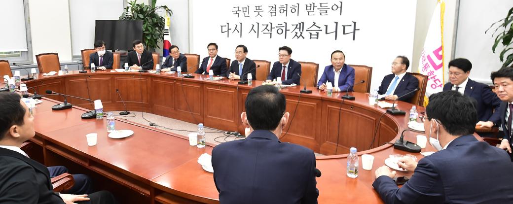 주호영 원내대표, 여야 첫 회동 후 통합당 '3선 의원' 모임