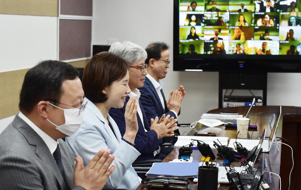 원격으로 초중 학부모 만난 유은혜 부총리, '등교수업' 논의