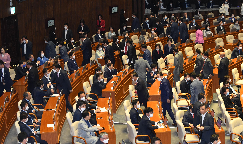21대 국회 반쪽 개원 현실로…통합당 퇴장 후 국회의장 선출