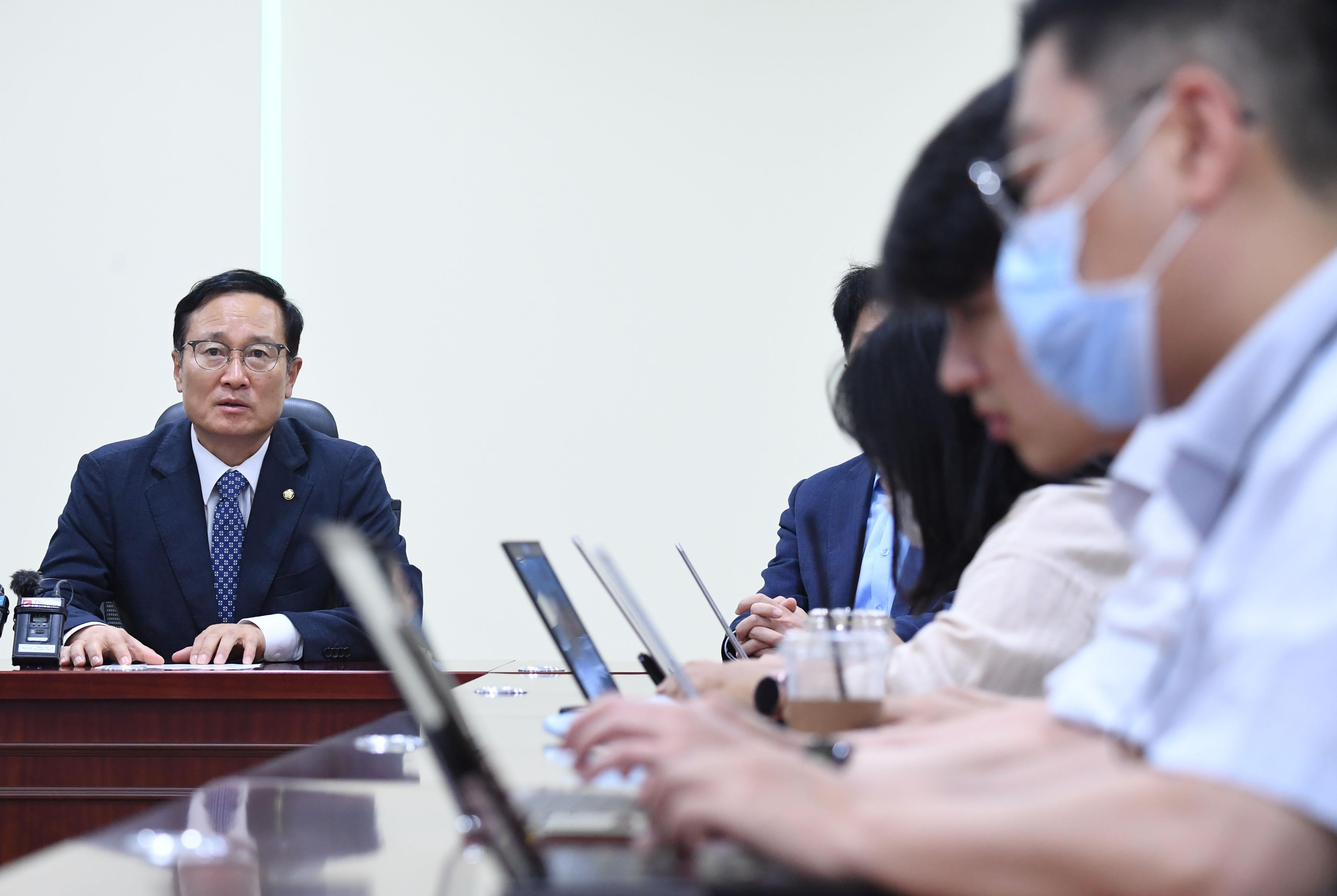 홍영표 의원 '당대표 선거 불출마 선언'