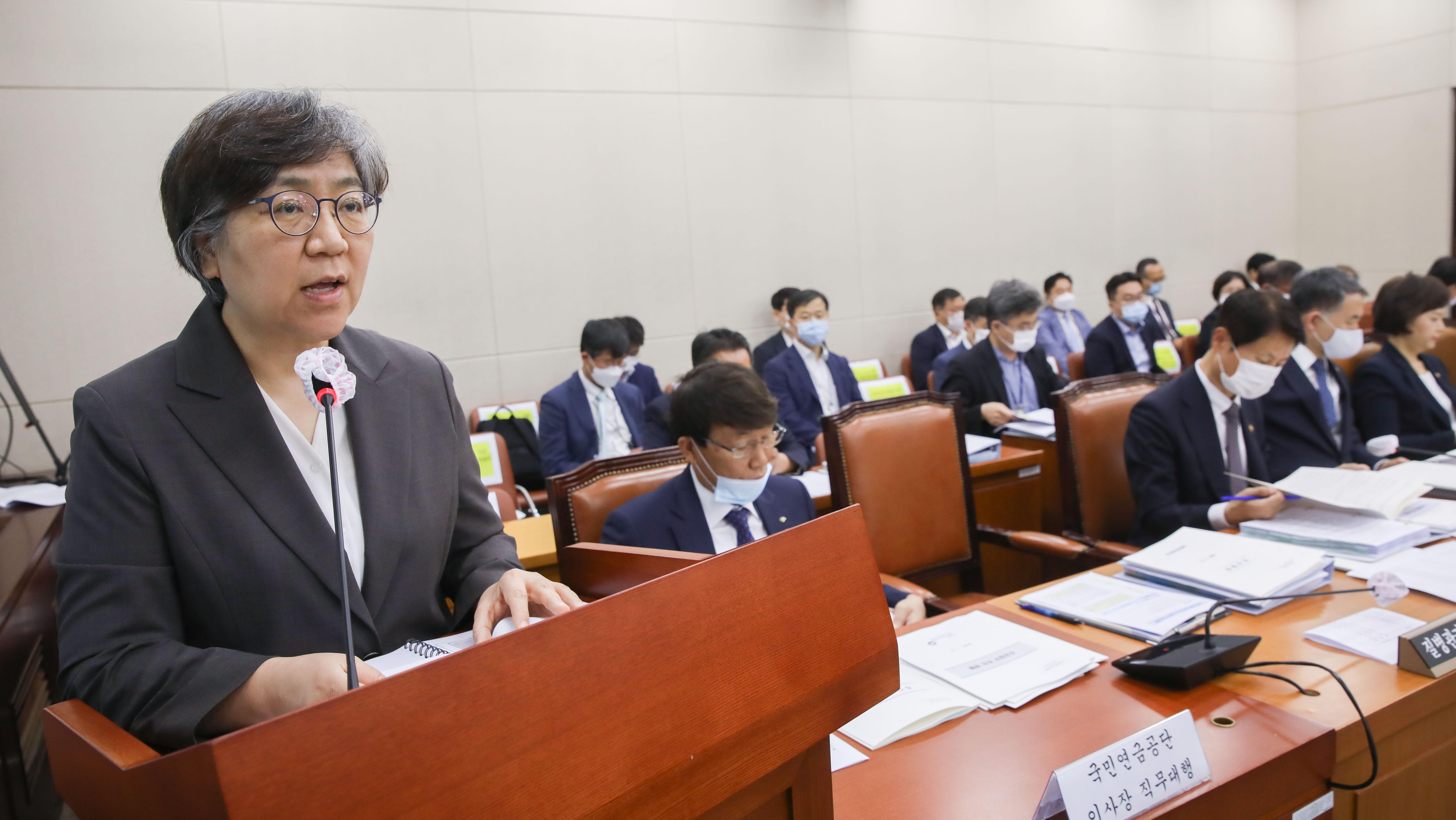 국회 보건위 첫 회의, 업무보고하는 질본 '정은경'