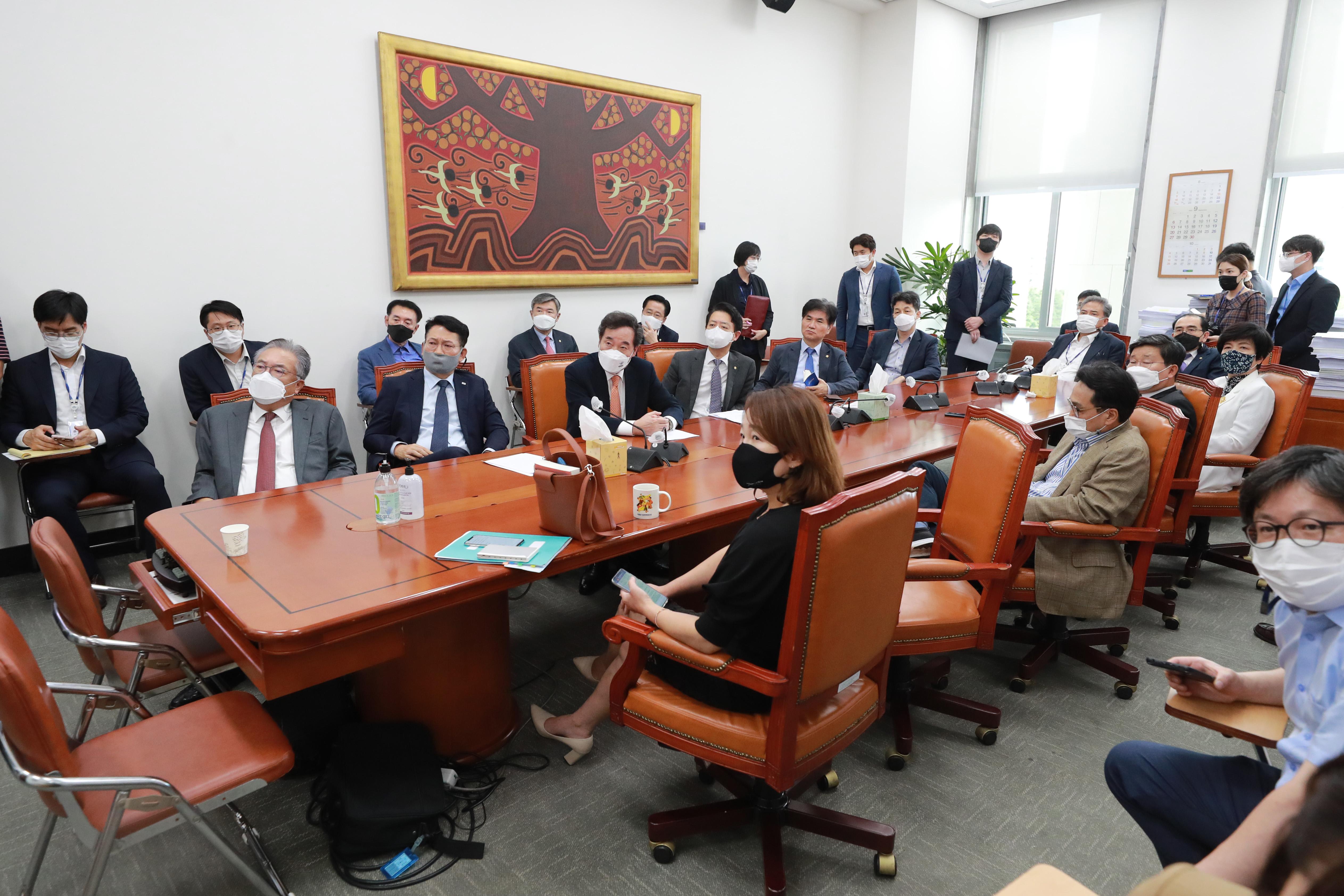 북측 대남 통지문 확인하는 국회 외통위원들