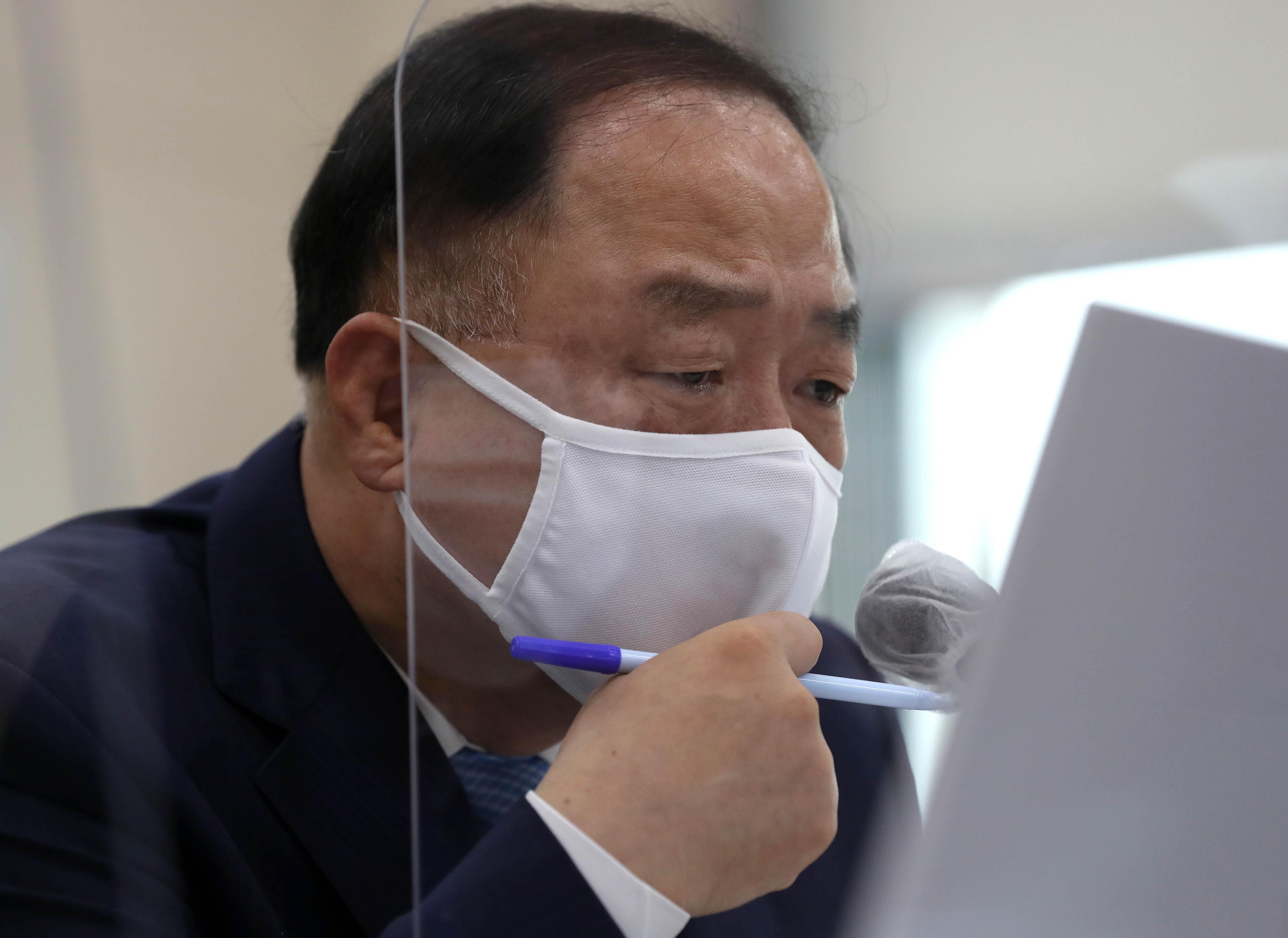 """'종합감사' 홍남기 """"대주주 기준 3억원·가족합산 폐지"""""""