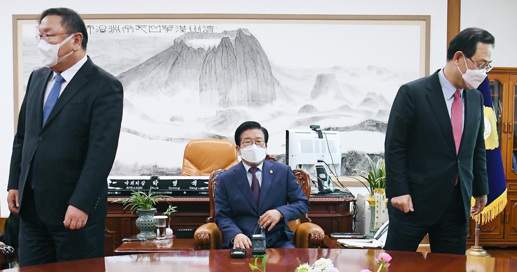여야, '공수처' 강대강 대치…국회의장·원내대표 정례회동