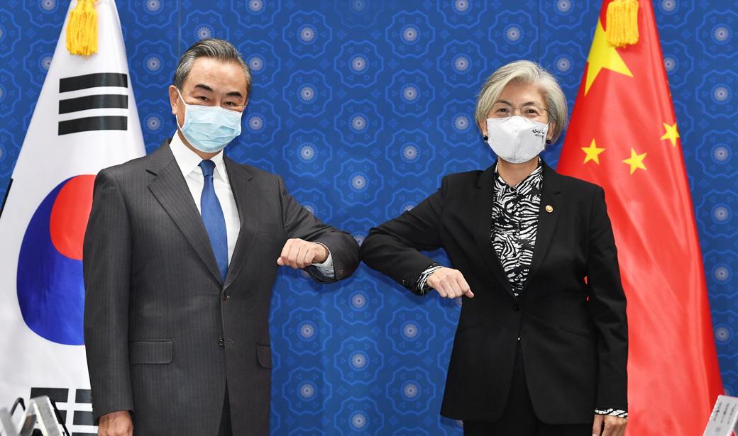 강경화 만난 왕이, 코로나19 속 '韓·中 국제 협력' 논의