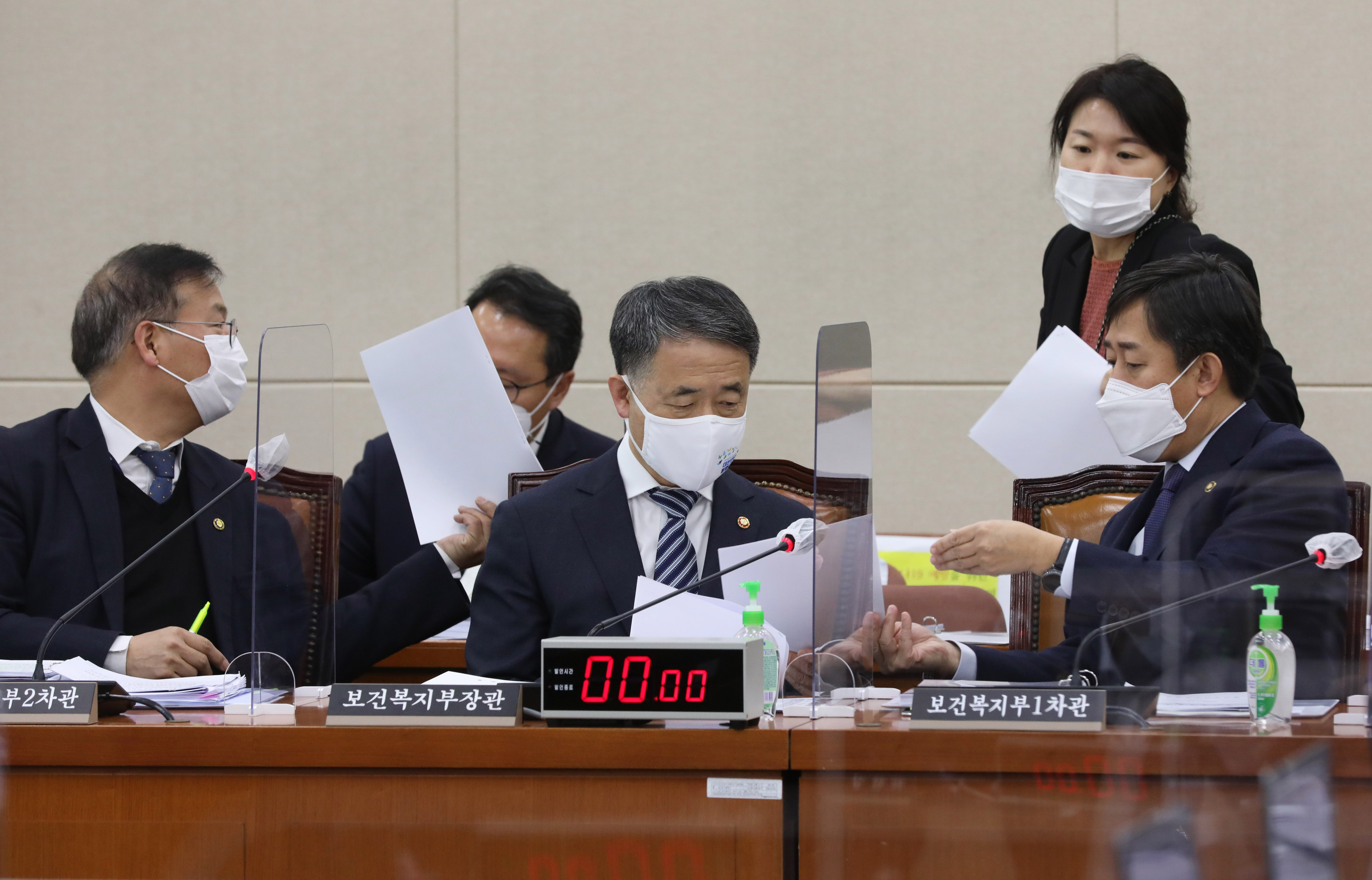 '코로나19' 확산 속 국회 출석한 박능후 장관
