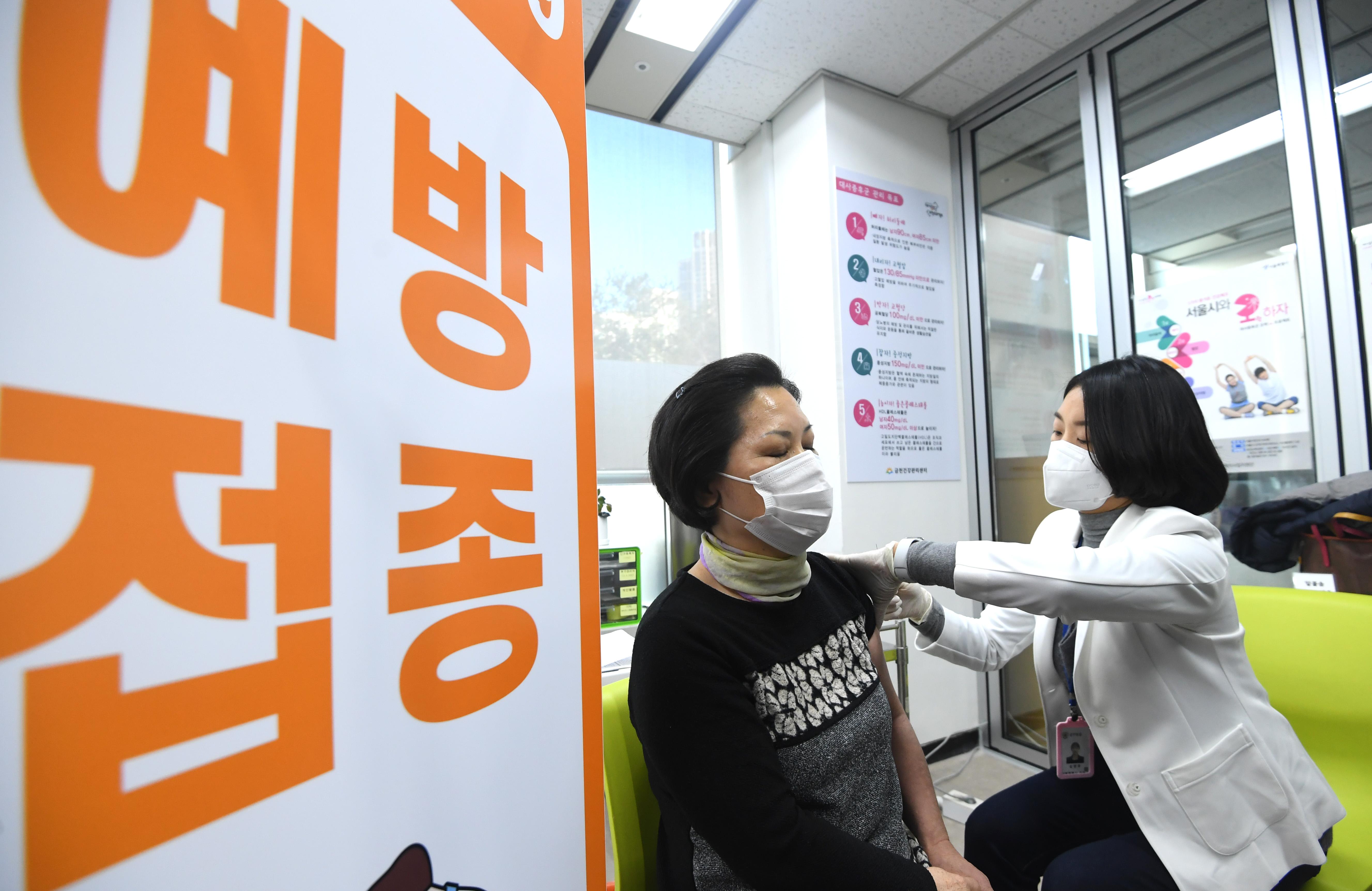 코로나 백신 접종 시작…'일상회복 첫 걸음'