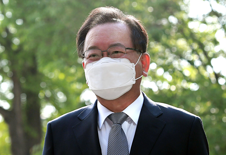 """'공식 첫 출근' 김부겸 """"코로나19로 지친 국민 도울 방안 찾을 것"""""""