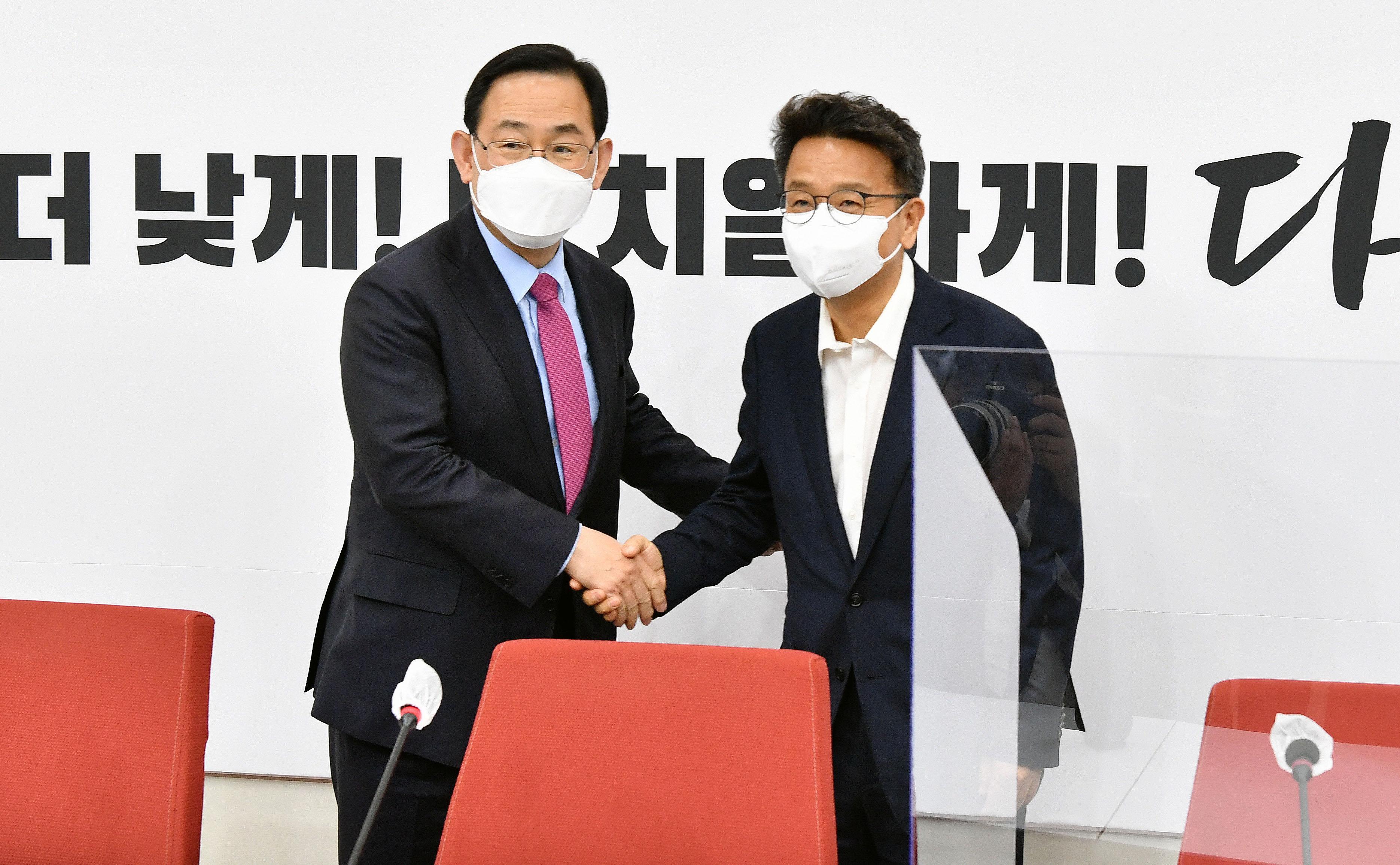 """주호영 예방한 이철희 """"문재인 대통령, 야당과 협력하라 당부"""""""