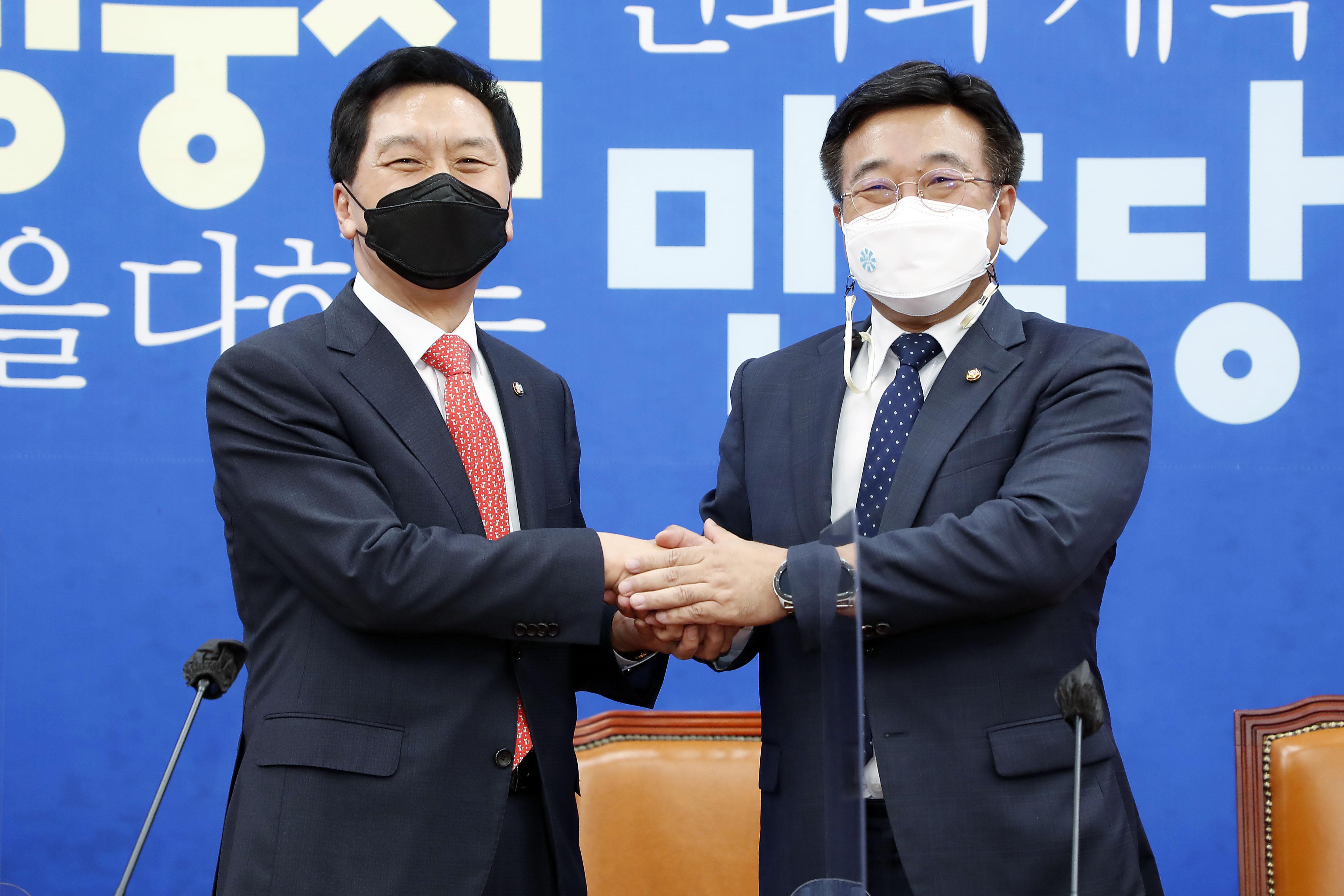 김기현·윤호중 원내대표 '첫 상견례'…법사위 두고 갈등 예고