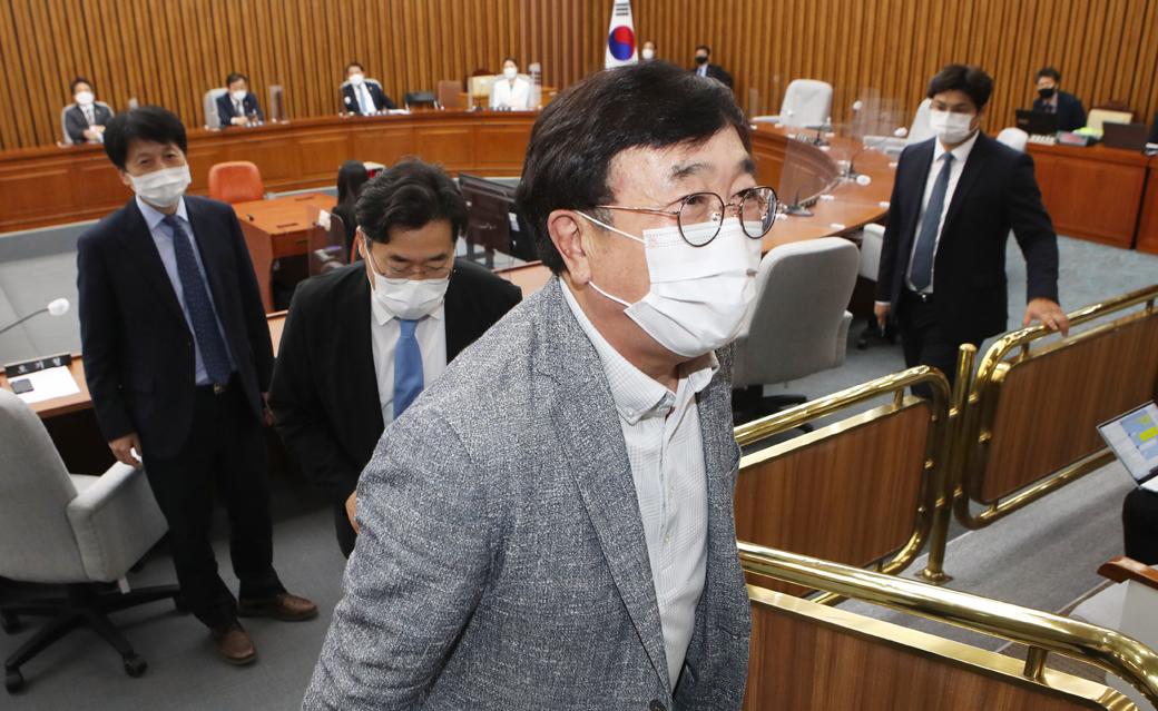 총리 인준안 불발… 회의장 나서는 '서병수' 특위원장