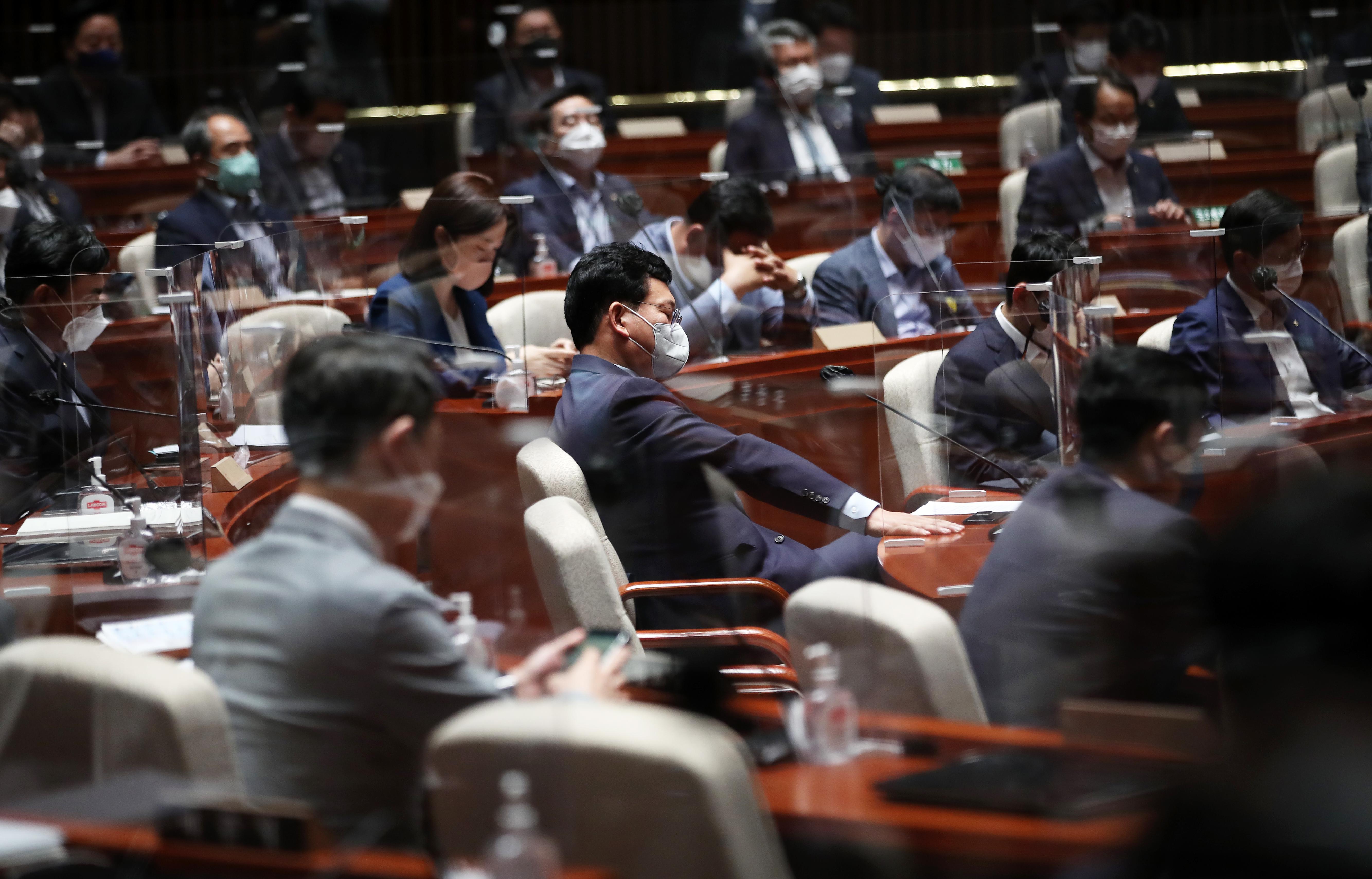 민주당, '대선 경선 연기' 논의 의원총회