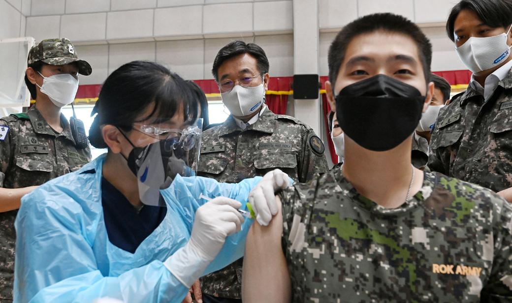 국군 장병 88%, 코로나 백신 '1차 접종' 완료…부대 찾은 윤호중