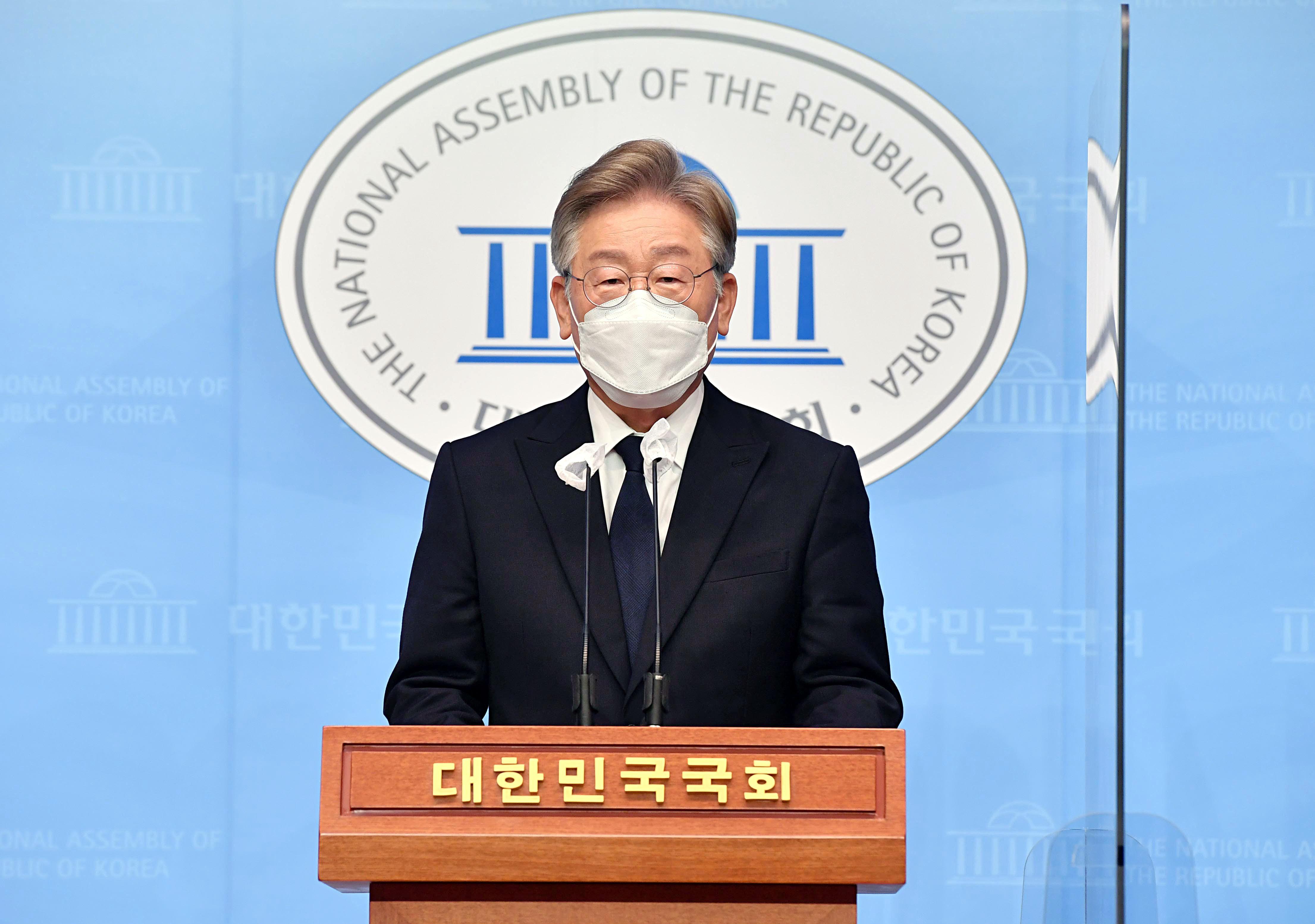 """이재명 """"임기 내 청년에게 年 200만원, 전국민 100만원 기본소득"""""""