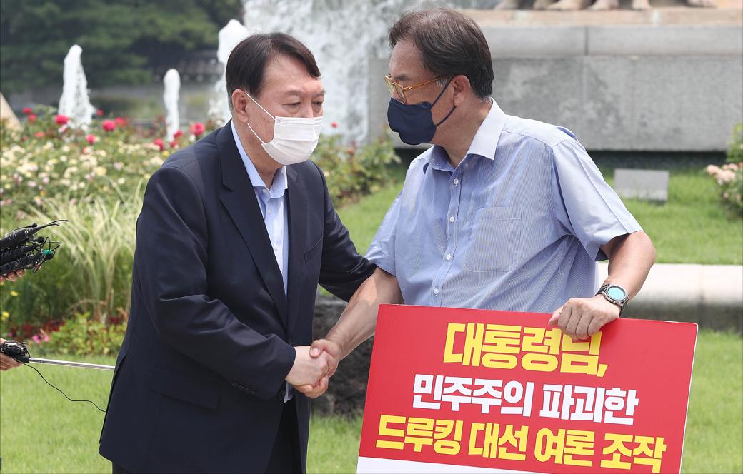 野 잠룡 윤석열, 靑 1인시위 정진석 의원 격려 방문