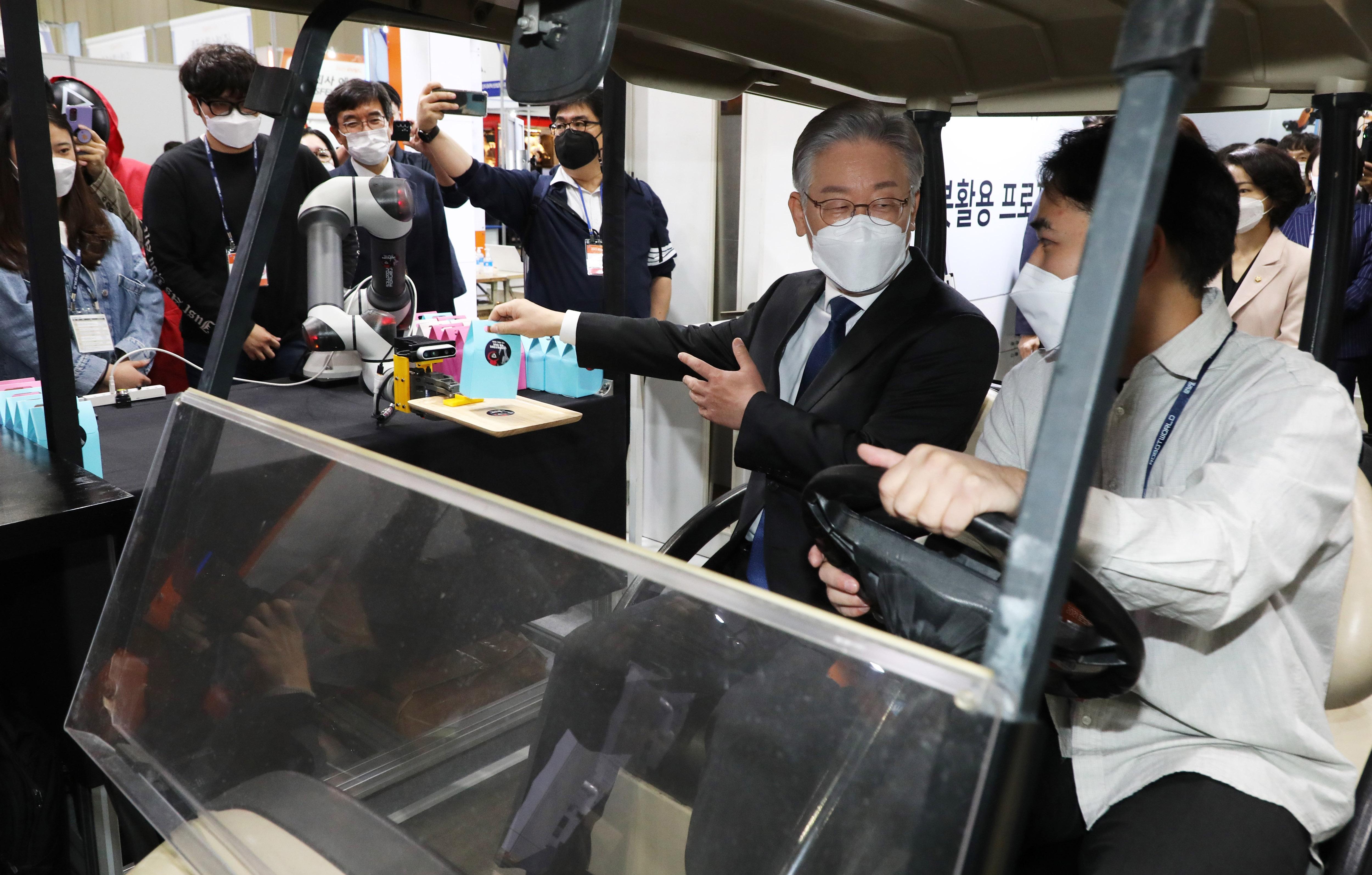 '2021 로보월드' 방문한 이재명 민주당 대선 후보